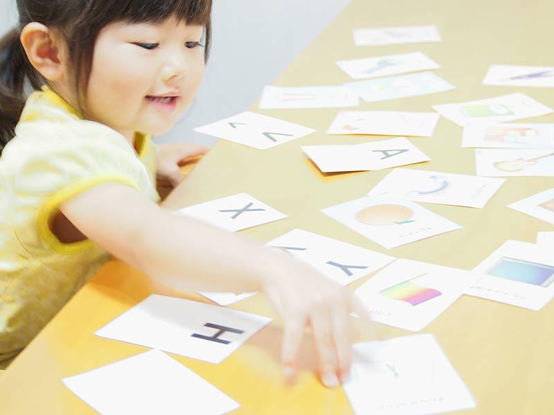 英語カード遊びをする女の子