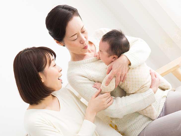 母親に赤ちゃんの面倒を見てもらっている若いママ