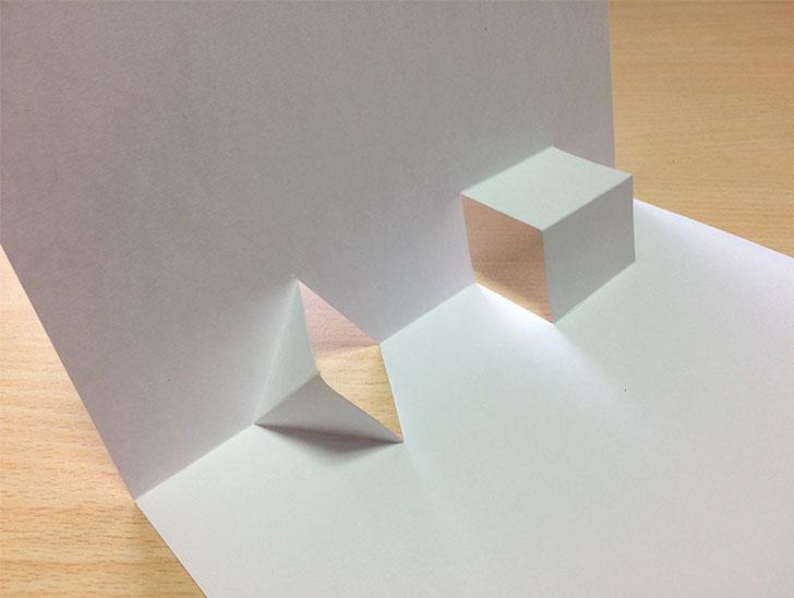 半分に折った紙の切込みを折り返す