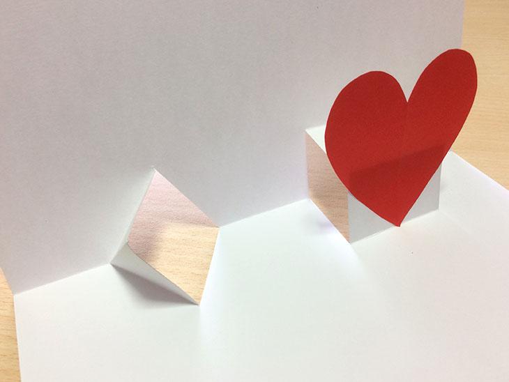 ハート型に切った紙をノリでくっつける