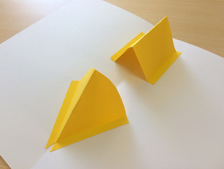 半分に折った紙にのりしろを付けた折った紙をくっつける