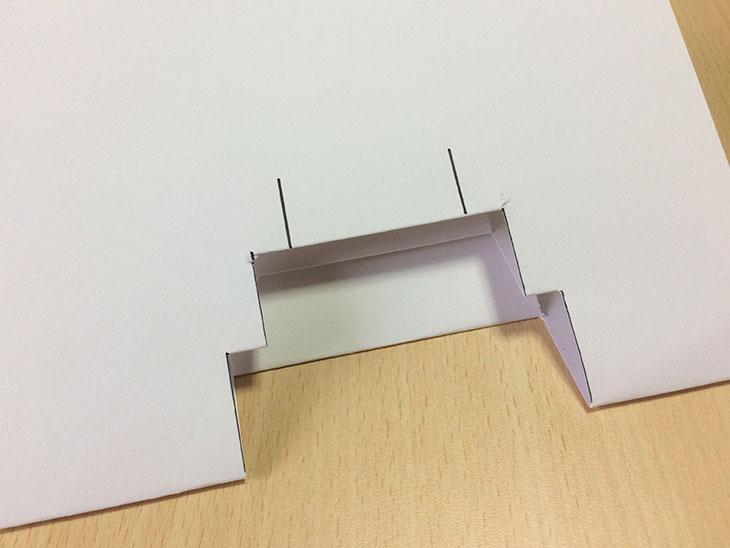 折込と印入れとハサミでのカットを繰り返して段々を作る