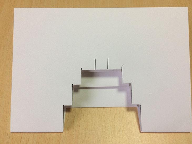 折り込んだ紙の段々の一番上のろうそくの部分は短い印をつける