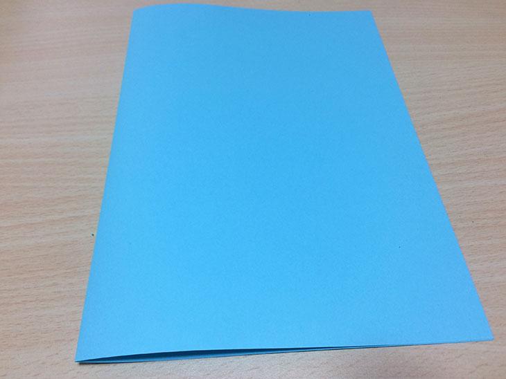 青い紙を半分に折る