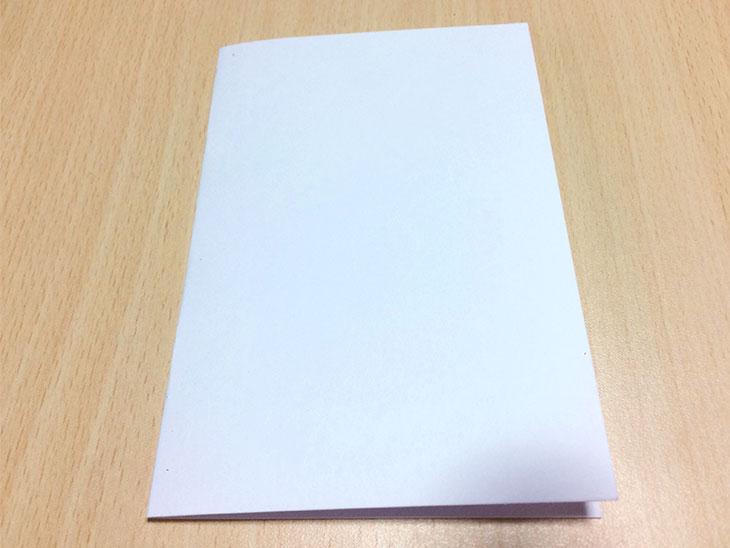 飛び出す絵本のベースとなる白い紙を半分に折る