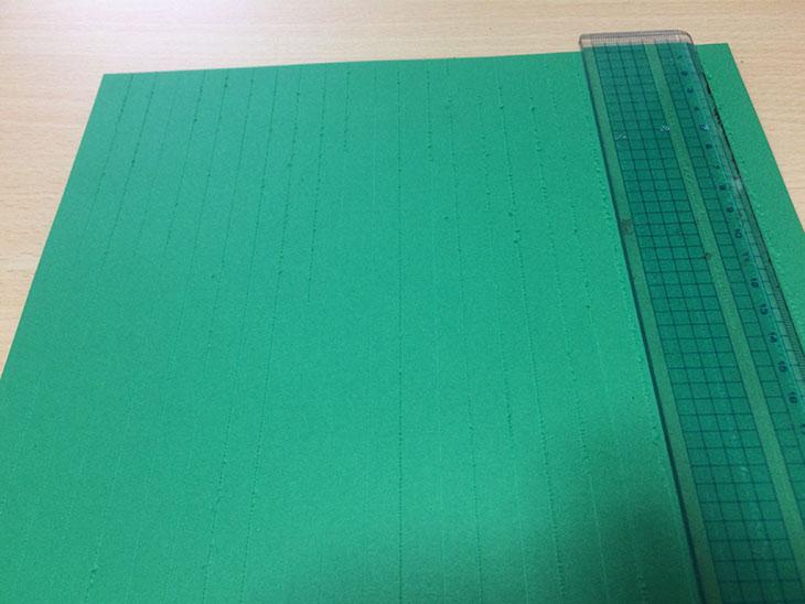 ツリー用の緑の紙を1cm幅で切るために印をつける