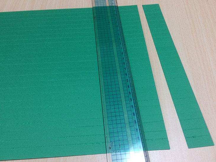 ツリー用の緑の紙を1cm幅で切る