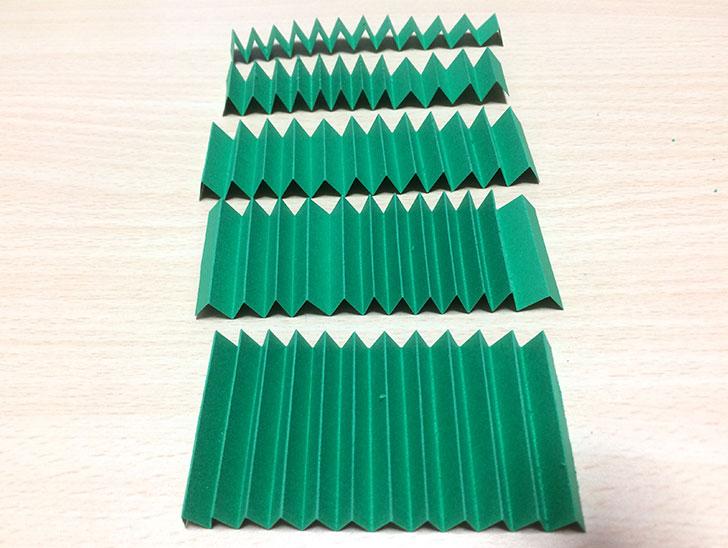 1cm幅で切った緑の紙をツリーの樹にみたてるためにジャバラ折りする