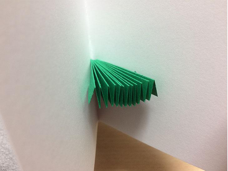 接着したツリー部分の緑の紙が白い紙を折り込んだ時にちゃんと収まるかチェック