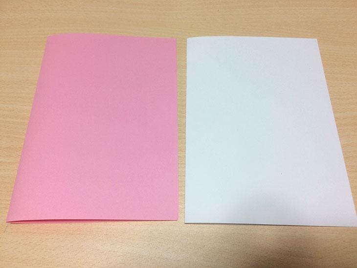 半分に折ったピンクと白い紙