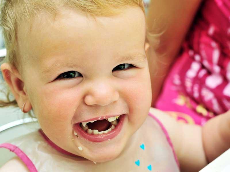 幸せそうに食べる赤ちゃん