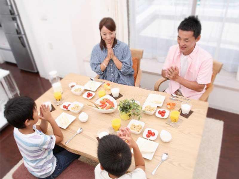 家族で食事の風景