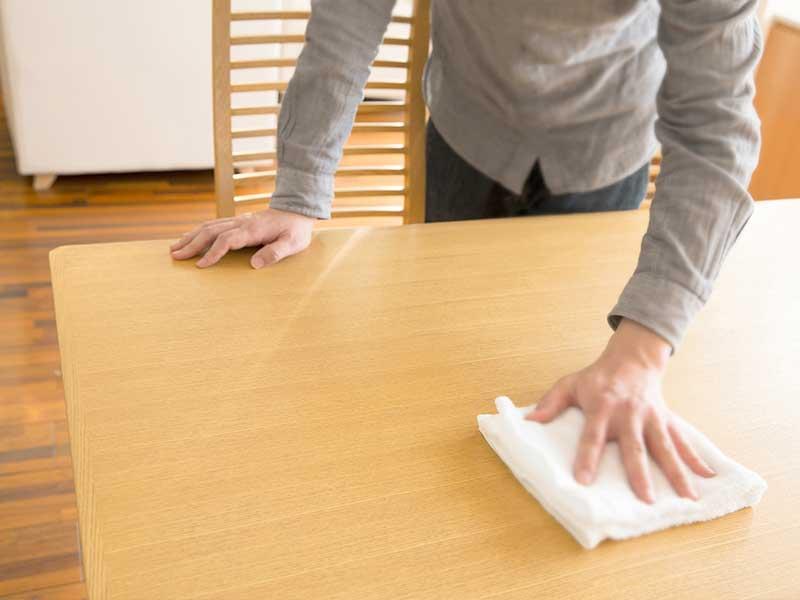 掃除をする女の人の手