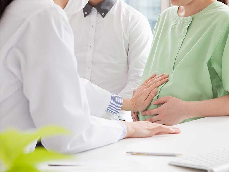 産婦人科と相談する妊婦さん