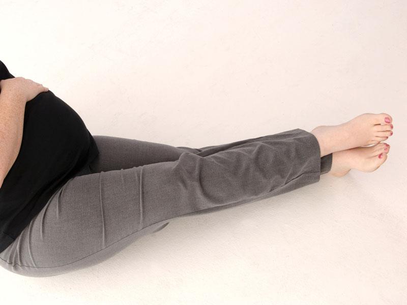 足を伸ばす妊婦さん