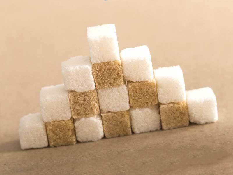 階段状に積まれた白と茶色の角砂糖