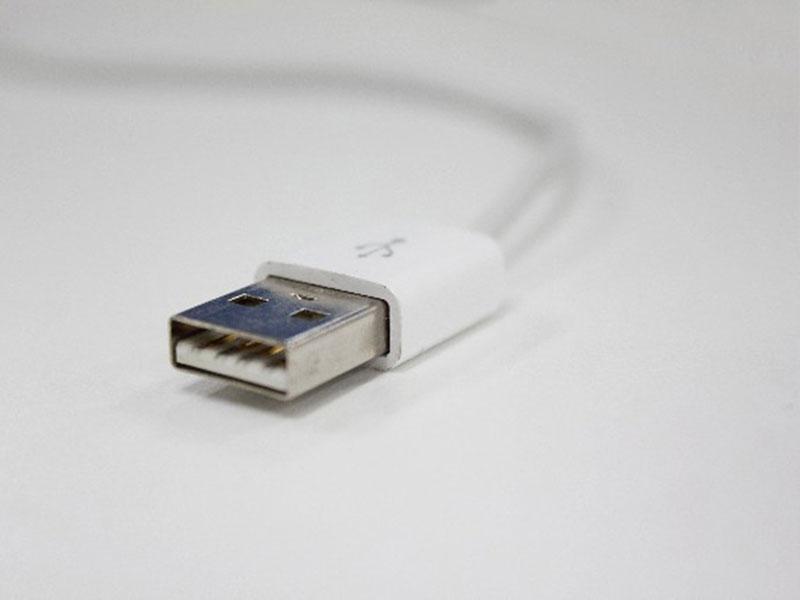 携帯電話充電用のUSBケーブル