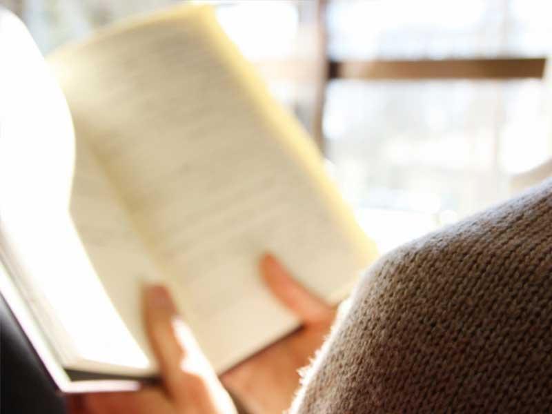 読書してる妊婦さん