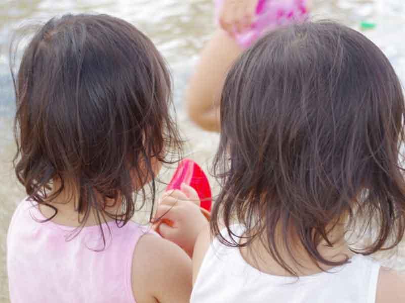 ビーチで遊ぶ双子