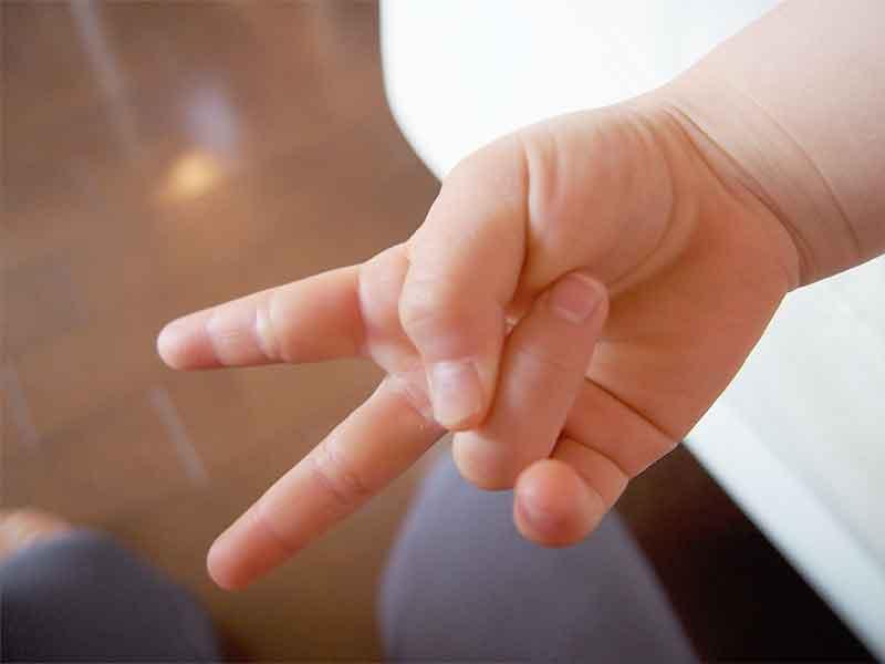 ピースサインをしている赤ちゃんの手