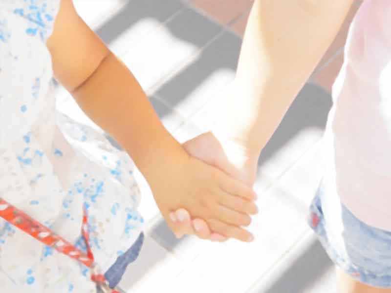 手をつなぐ姉妹