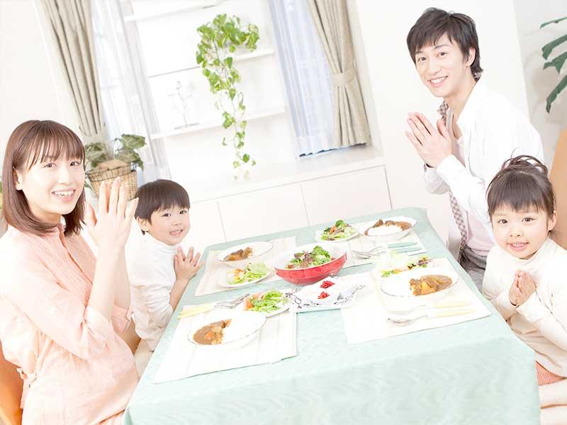 4人家族で食事