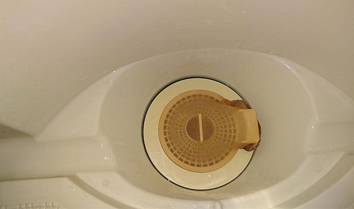 ストッキングをつけた風呂場の排水溝