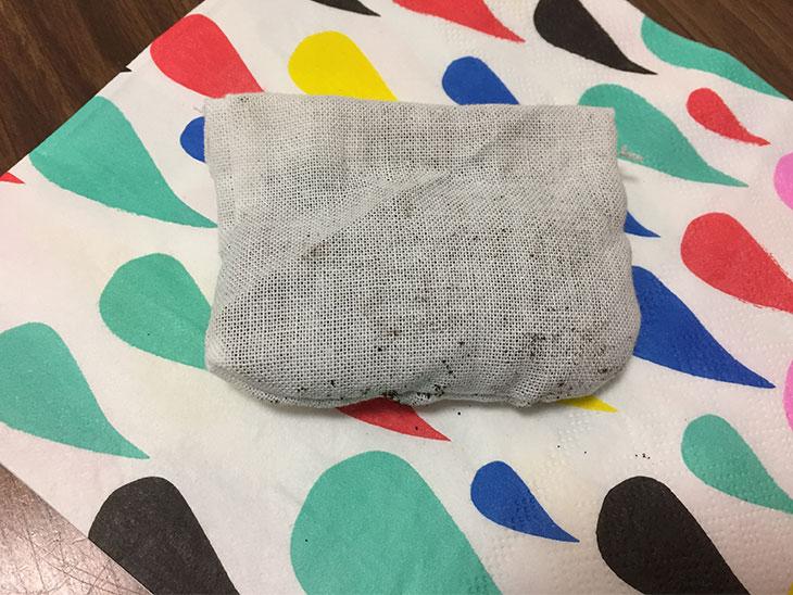 乾燥したコーヒーかすを詰めた布の内袋
