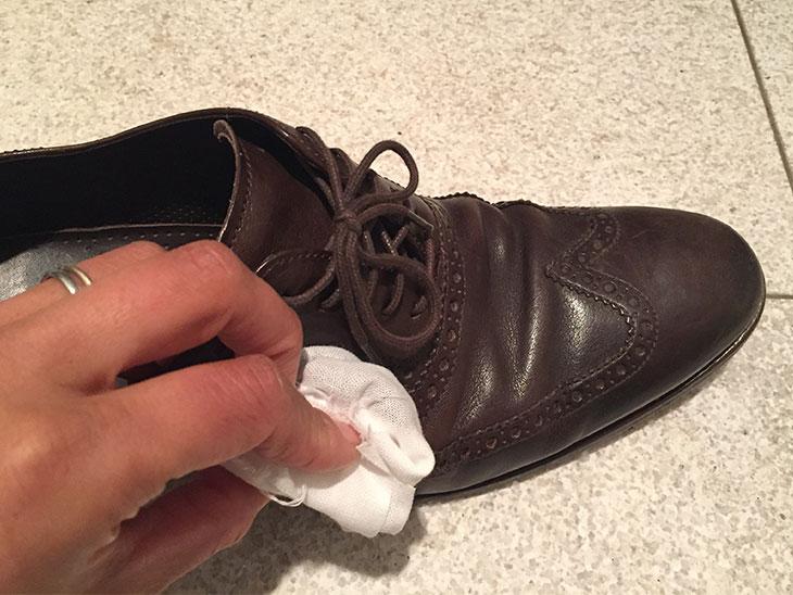 布で包んだコーヒーかすで靴磨き