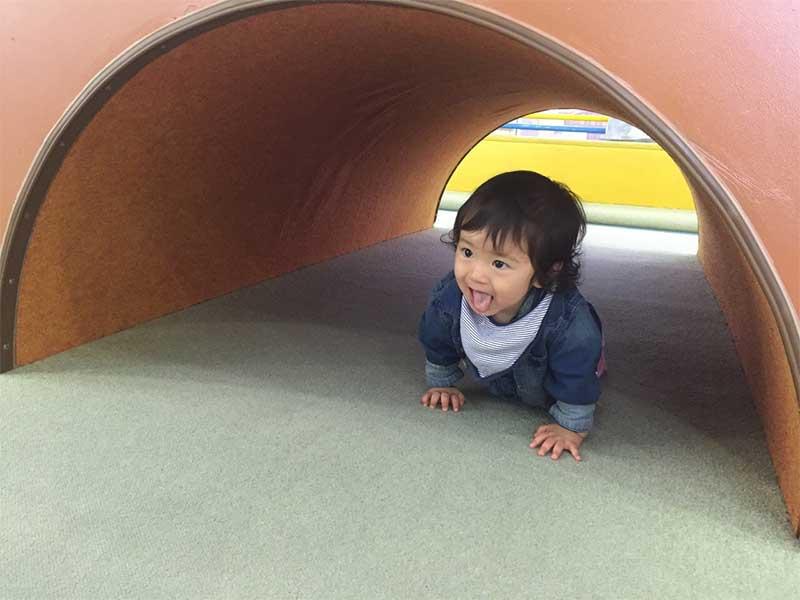 舌を出す赤ちゃん