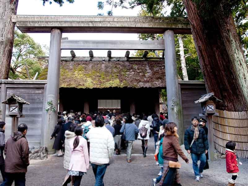 大勢の人が集まる神社の風景