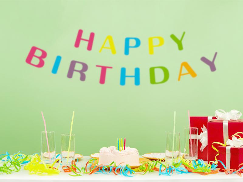 HAPPY BIRTHDAYの飾りとケーキ