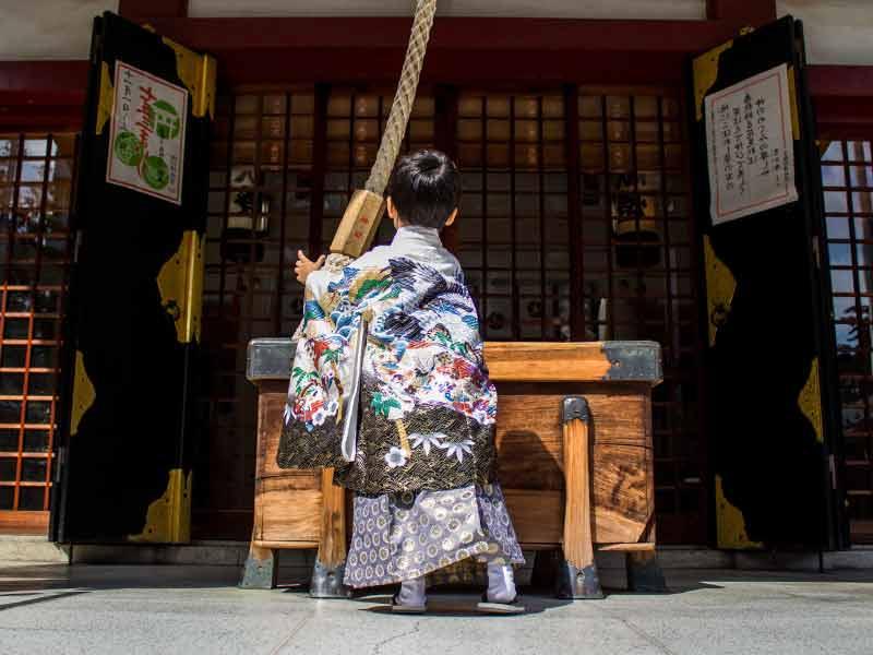 七五三で神社を参拝してる着物を着た男の子