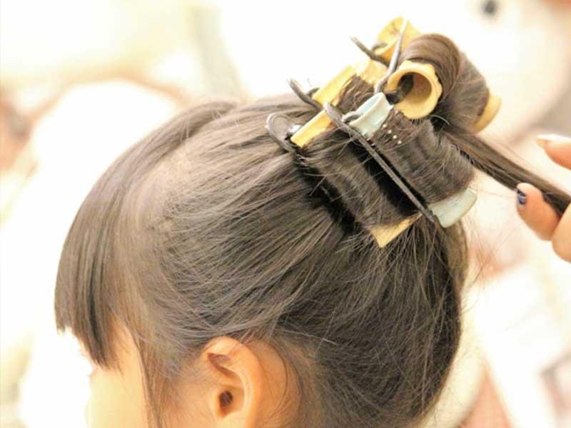 髪をアップにヘアセットしている女の子