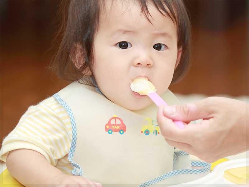 離乳食を普通に食べる赤ちゃん
