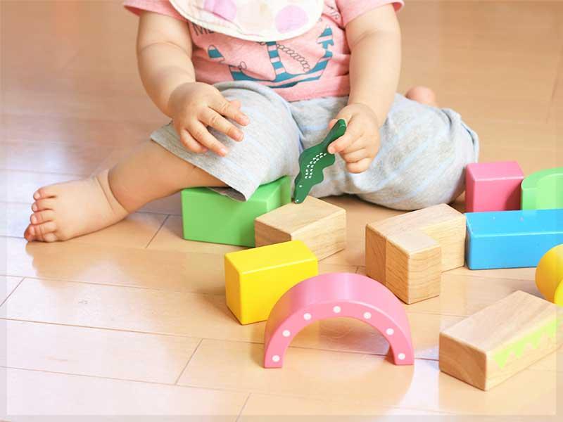 おもちゃで遊んでいる幼稚園児