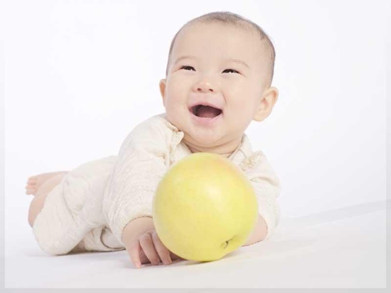 りんごを持つ赤ちゃん
