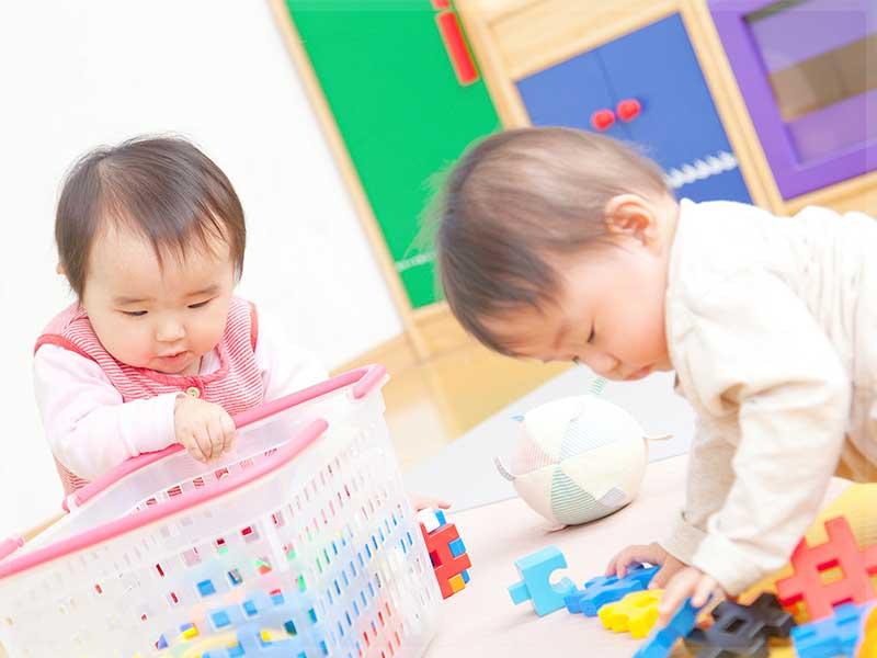赤ちゃんの一緒に遊ぶ様子