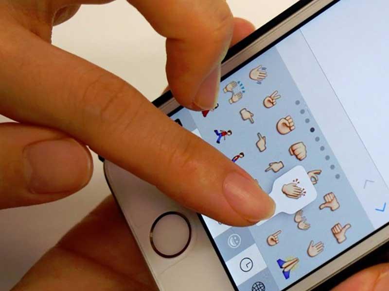 スマートフォンを操作する女性の指