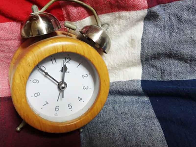 ベッドに目覚まし時計