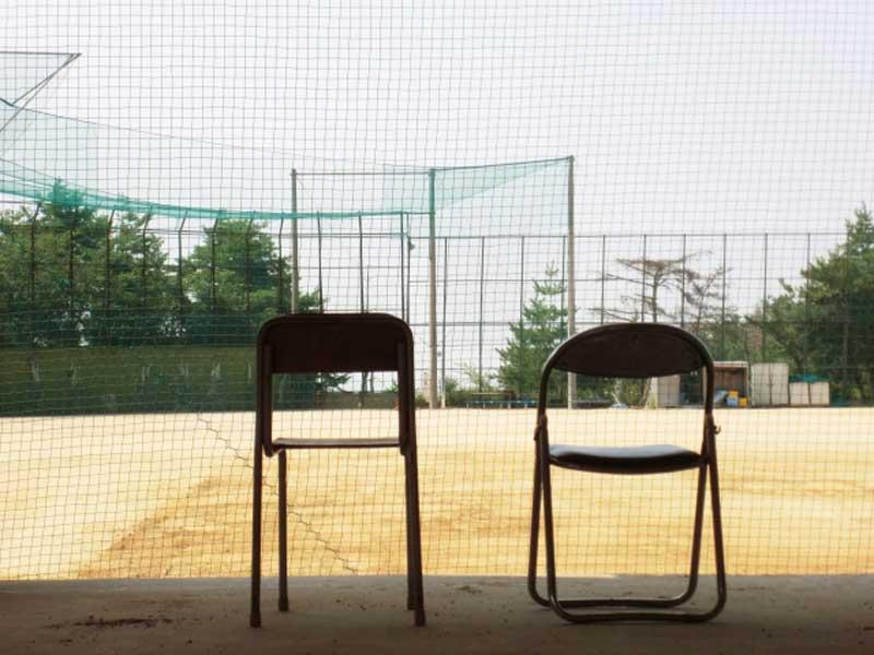 学校のグラウンドに置かれた椅子