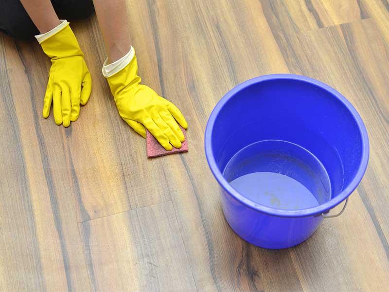 床の拭き掃除をしている女性