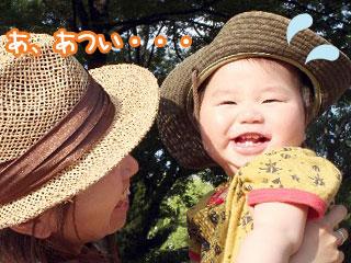 笑顔の赤ちゃんを抱きあげるママ
