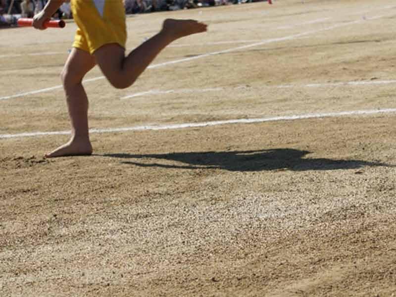 グラウンドを走る子供