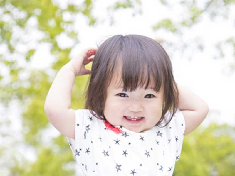 新緑の中にいる小さい女の子