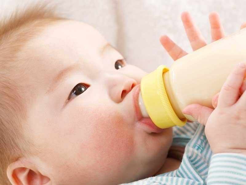 哺乳瓶のミルクを飲む赤ちゃん