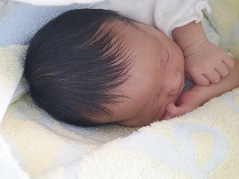 寝る赤ちゃんの頭