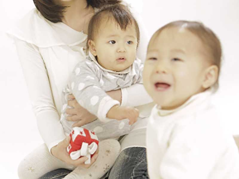 赤ちゃん二人の面倒を見るママ