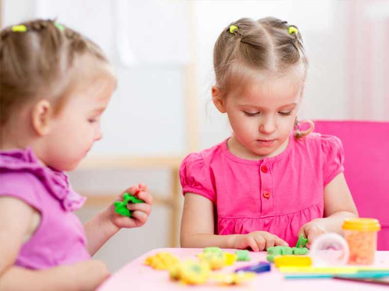 粘土遊びをしている女の子たち