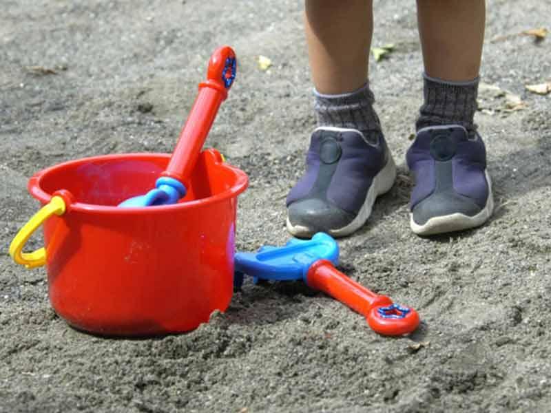 砂遊びをする子供の足